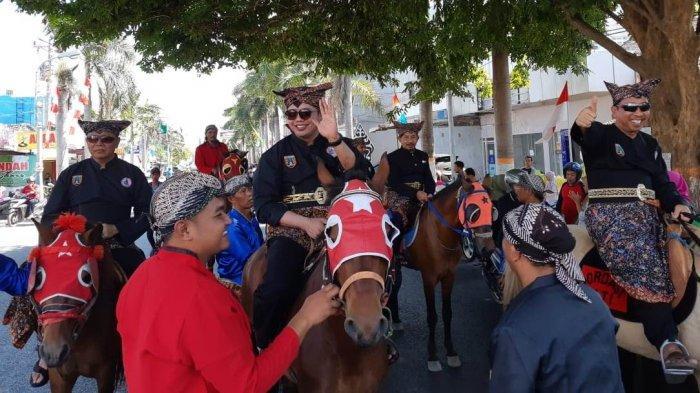 Pimpin Kirab Budaya Bupati dan Wabup Rembang Berkuda Sapa Warga