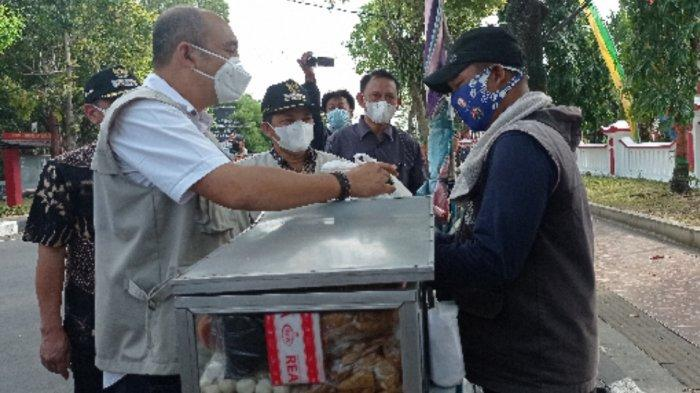 Sempat Panik Dikira Ada Razia, Pedagang Cilok di Semarang Lega Ternyata Diberi Bantuan Sembako