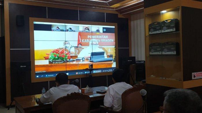 Bupati Sragen Kusdinar Untung Yuni Sukowati ketika berkoordinasi dengan kecamatan dan sejumlah dinas via zoom meeting, Rabu (21/7/2021).