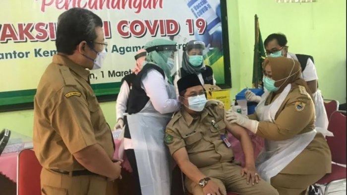 Vaksinasi Covid-19 Tahap Kedua Menyasar Kantor Kemenang Sragen, Bupati Yuni Kembali Jadi Vaksinator