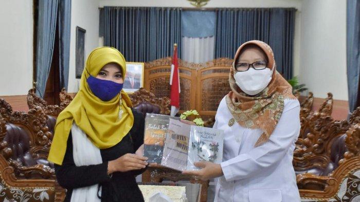 Kado Istimewa Imada untuk Bupati Tegal Umi Azizah di Hari Kartini