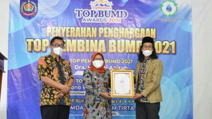 Bupati Tegal Umi Azizah Raih Penghargaan Top Pembina BUMD 2021