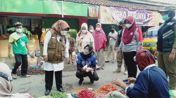 Jumat Berkah, Bupati Tegal Umi Azizah Belanja di Pasar Trayeman, Ajak Masyarakat Beli Produk Lokal.
