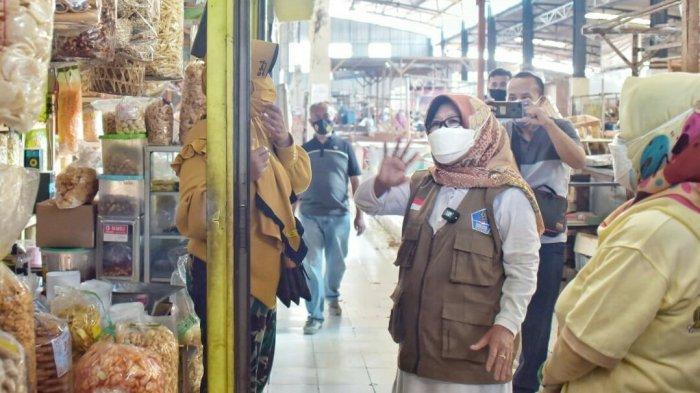 Pantau Prokes di Pasar, Bupati Tegal Umi Azizah dan Kepala Dinas Borong Dagangan
