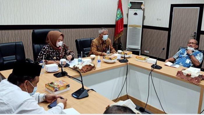 Bupati Purbalingga, Dyah Hayuning Pratiwi dalam rapat Pembentukan Forum LIntas Pelaku (FLP) Kabupaten Purbalingga Tahun 2021 di ruang rapat bupati, Kamis (8/4/2021).
