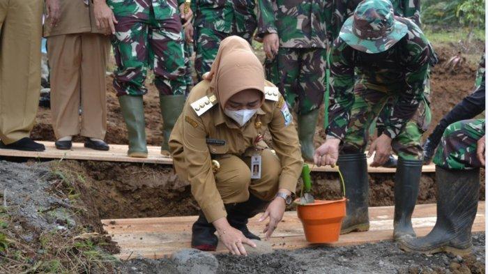 Bupati Purbalingga, Dyah Hayuning Pratiwi saat meninjau lokasi pelaksanaan TMMD Reguler Ke-110 Tahun 2021 di Desa Tumanggal, Kecamatan Pengadegan, Kabupaten Purbalingga, pada Selasa (2/3/2021).