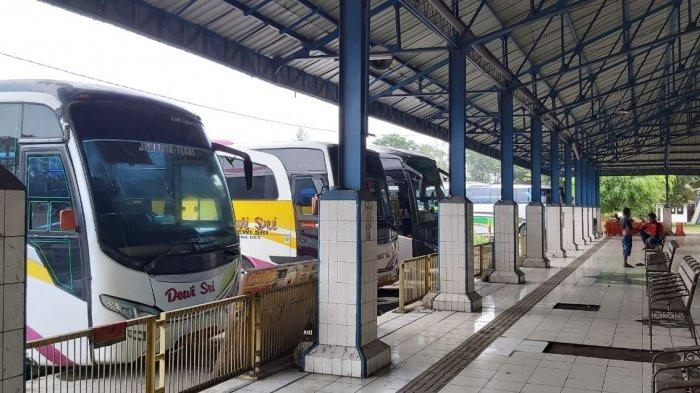 Bus antarkota antarprovinsi (AKAP) terparkir di area Terminal Tipe A Kota Tegal, Jumat (2/4/2021).