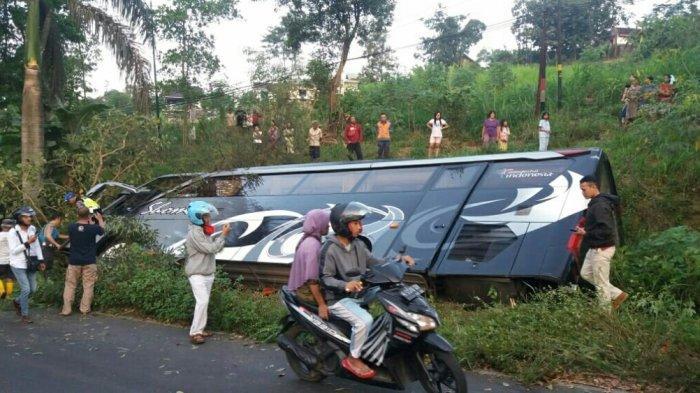 BREAKING NEWS: Bus Pariwisata Terguling diSalib Putih Salatiga, Satu Pengendara Motor Tewas