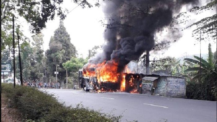 BREAKING NEWS :  Bus Pariwisata dari Yogyakarta Terbakar di Depan Banaran 9 Coffee and Tea Gemawang