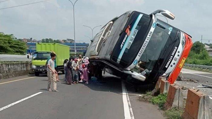 Mobil Jazz Apes Ketiban Bodi Bus Rosalia Indah Isi 30 Penumpang di Tol Krapyak Semarang