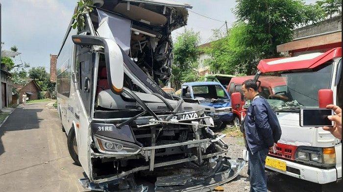 Rantai Derek Truk Kayu Putus, Bus Sinar Jaya Tertabrak di Tol Ungaran, 2 Tewas