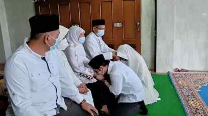 Sungkem Orangtua dan Mertua Sebelum Nyoblos, Cawabup Rembang Bayu Andriyanto Optimistis Menang