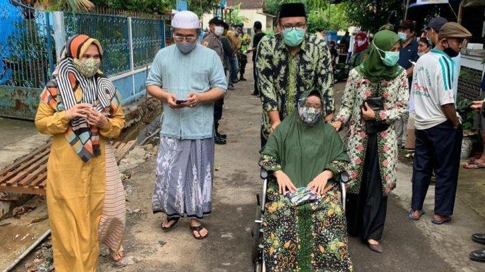 Calon Wakil Bupati Rembang Nomor Urut 2, Muhammad Hanies Cholil Barro' bersama ibundanya saat menujutempat pemungutan suara (TPS) 2 Kelurahan Leteh, Kecamatan Rembang, Rabu (9/12/2020).