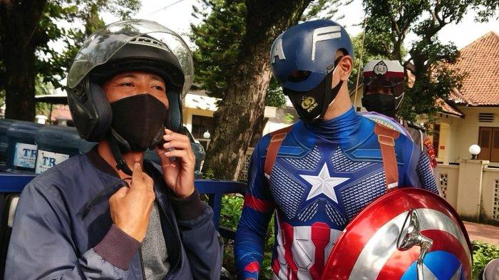 Sosok Captain America Bagi-bagi Masker di Kota Surakarta, Pas Buka Kostum Ternyata