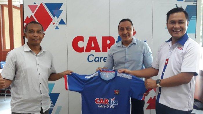 Ketua umum SIWO PWI Jawa Tengah Erwin Ardian berfoto bersama pihak CARfix saat penyerahan jersey untuk tim Jrot FC secara simbolis di Semarang, Senin (25/1/2021).
