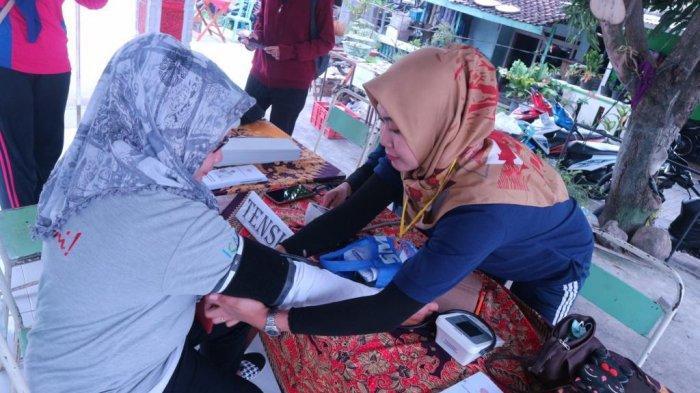 Karena Hal Ini, Kadar Gula Darah Emak-Emak di Karangayu Semarang Dicek Mahasiswa Stikes Telogorejo