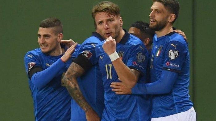 Ciro Immobile merayakan gol bersama rekannya di timnas Italia.