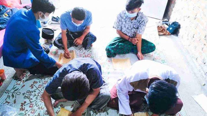 Mahasiswa USM Semarang Latih Masyarakat Demak Membuat Kaligrafi dari Pelepah Pisang