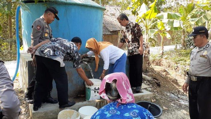 HUT ke-73 Bhayangkara, Polres Kebumen Bagikan Air Bersih Bekerjasama dengan BPBD