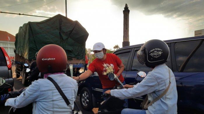 Peringati Hari Kartini, PSI Kota Semarang Bagikan 100 Tangkai Mawar Putih