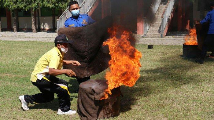 Damkar Latih Siswa dan Guru SMKN 2 Slawi Padamkan Api