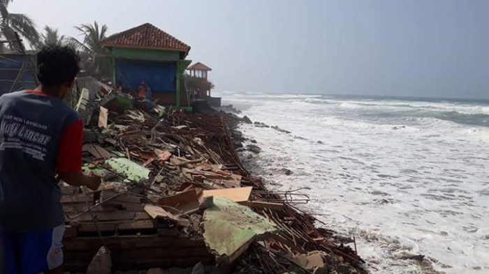 Pantai Suwuk Kebumen Dihajar Gelombang Tinggi, Warga Menjauh dari Pantai