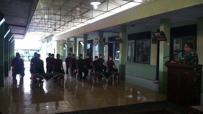 Dandim 0710 Pekalongan Letkol Czi Hamonangan Lumban Toruan saat mengajak ngobrol dengan anggota Komcad di aula Makodim setempat.