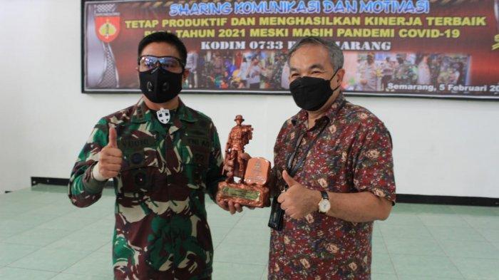 Dandim Semarang Hadiahkan Buku Motivasi buat Dua Anaknya