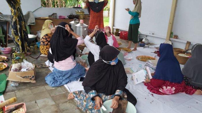 Dapur umum yang berada di wilayah Bener, Kecamatan Wiradesa, Kabupaten Pekalongan.