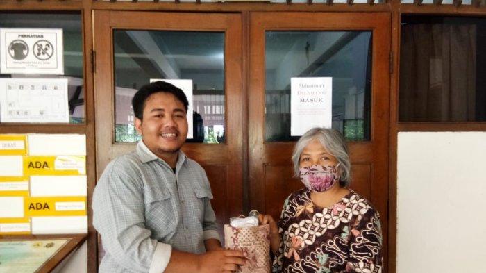 Fakultas Psikologi Unika Beri Masker ke Tribun Jateng, Dekan : Bisa Mengurangi Percikan Droplet
