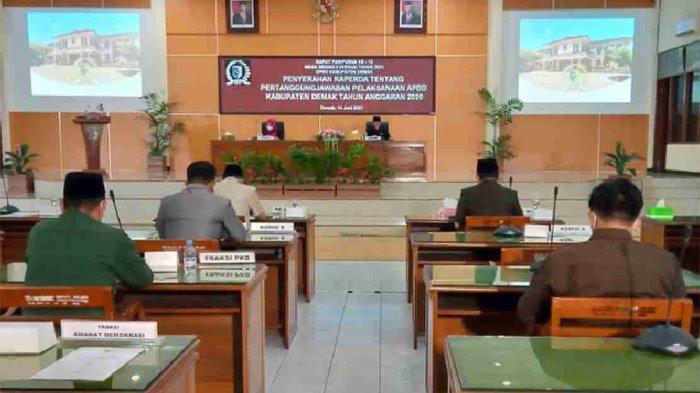 PELAKSANAAN APBD - Rapat Paripurna DPRD Kabupaten Demak dengan agenda Penyerahan Raperda tentang Pertanggungjawaban Pelaksanaan APBD Kabupaten Demak Tahun Anggaran 2020 (Ist).