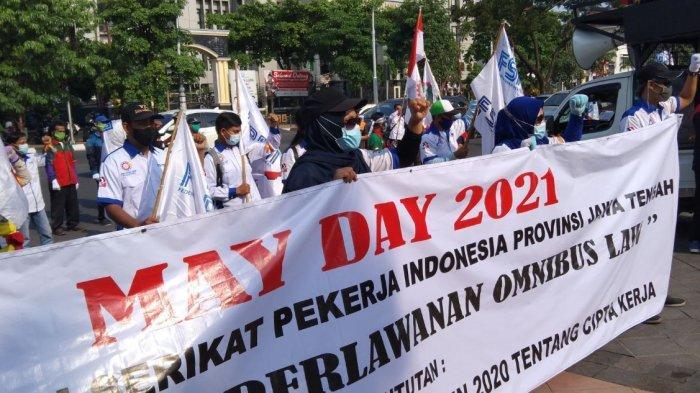 Serikat Pekerja lakukan orasi pada peringatan Mayday yang berlangsung di kantor Gubernuran Jawa Tengah.