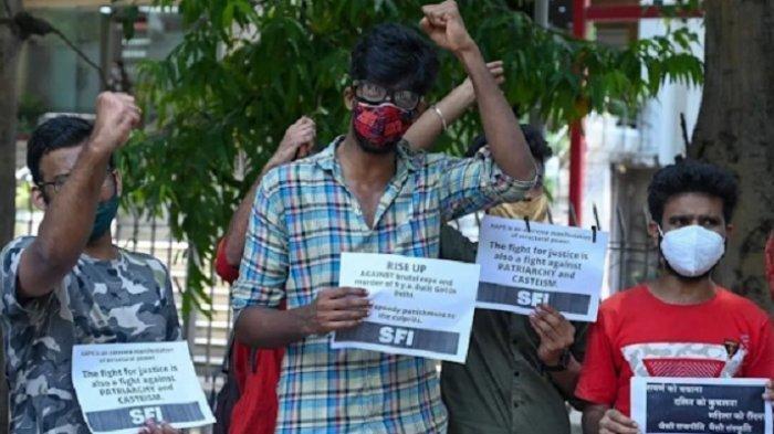 AFP Puluhan warga mengutuk pelaku pemerkosaan dan pembunuhan yang telah ditangkap polisi di New Delhi, India, Rabu (4/8/2021).