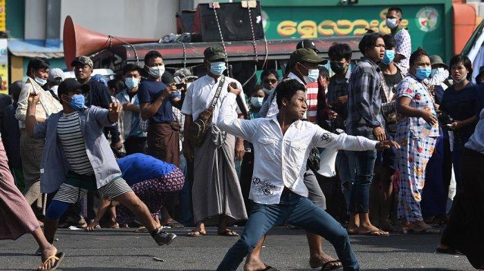 Bentrok, Pendukung Junta Militer Saling Lempar Batu dengan Massa Antikudeta Myanmar