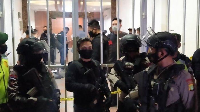 Densus 88 Temukan 4 Kaleng Bubuk Putih di Markas Eks FPI di Petamburan Pasca Penangkapan Munarman
