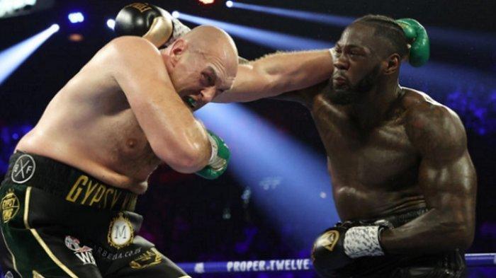 Tyson Fury (kiri) dan Deontay Wilder (kanan) bertukar pukulan dalam duel di MGM Grand Arena, Las Vegas, Nevada, AS, 22 Februari 2020.