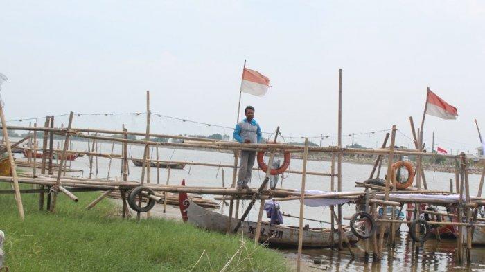 Dani Kesulitan Dorong Perahu ke Tengah Muara Akibat Pendangkalan Sungai BKT Semarang