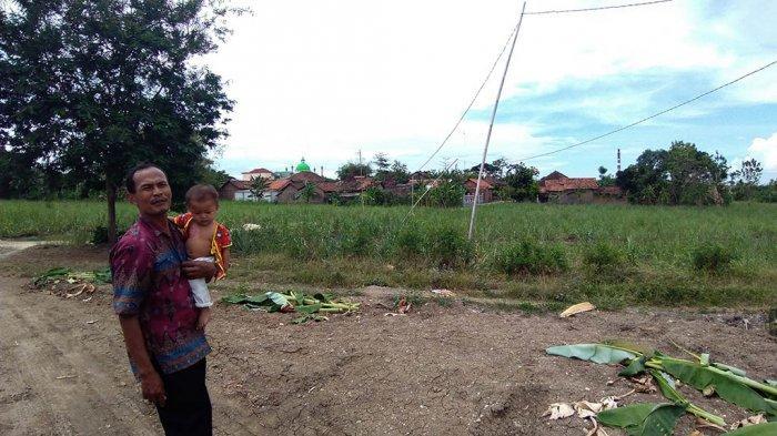 Warga Gondoharum Kudus Pasang Tiang Listrik Sendiri Pakai Bambu