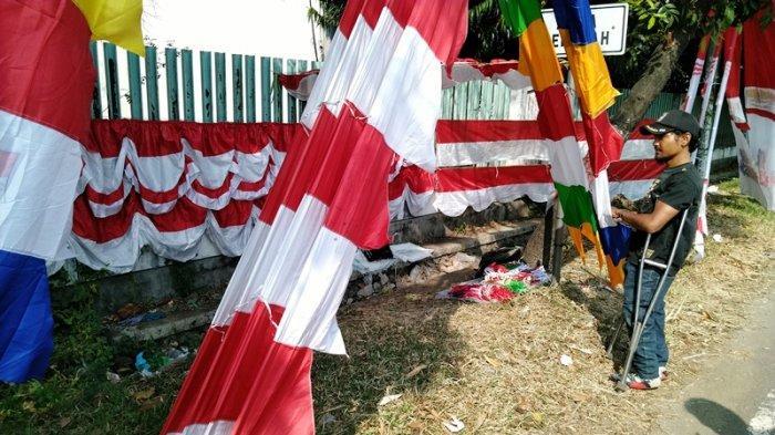 Semangat Difabel Berjualan Bendera, Tak Kapok Meski Pernah Kena Tipu Pembelinya
