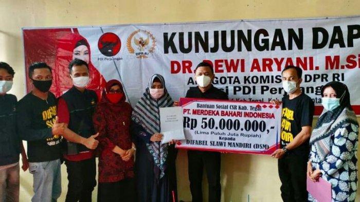 Beri Rp 50 Juta dan Sembako untuk Kaum Disabilitas, DeAr: Semangat Mereka Berkarya Tak Terbatas.