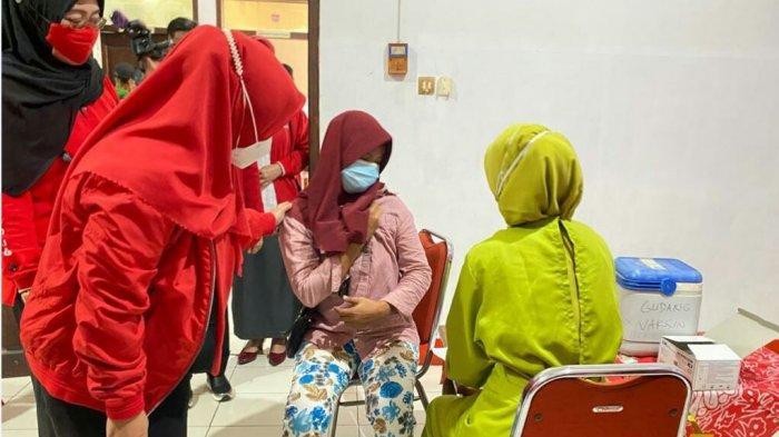 Anggota DPR RI Fraksi PDI Perjuangan Dewi Aryani (DeAr), sedang memantau berlangsungnya vaksinasi massal berlokasi di Kantor DPC PDI perjuangan jalan Jendral Ahmad Yani, Procot, Slawi, Kabupaten Tegal, Senin (16/8/2021).