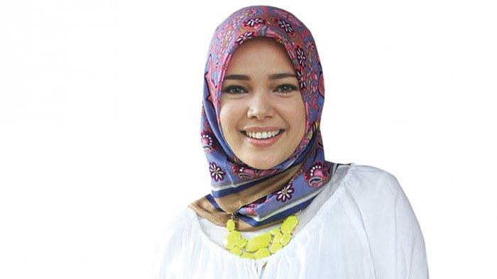 Penjelasan Dewi Sandra tentang Suaminya yang Enggan Disorot