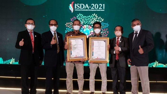 Dharma Sunyata, Kepala Unit Komunikasi & CSR PT Semen Gresik, bersama tim menerima penghargaan secara langsung di ajang Indonesia Sustainable Development Goals (ISDA) Award 2021