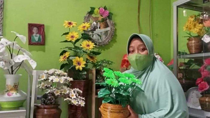 Dian Sulap Sampah Plastik dan Koran Jadi Bunga Cantik dan Tas Modis