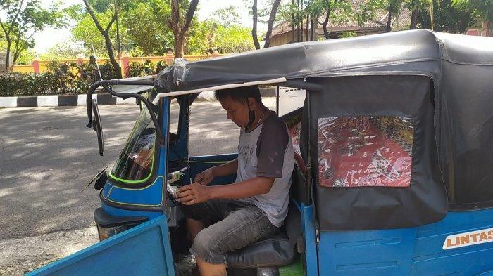 Didik (35) warga Boyolali yang menjadi sopir bajaj di Jakarta pilih mudik lebih awal menggunakan bajaj miliknya saat melintasi Kota Semarang, Selasa (4/5/2021).