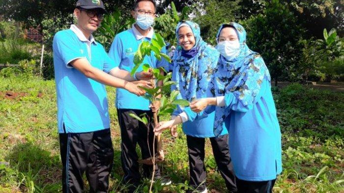 Dekan Fakultas Psikologi dan Kesehatan UIN Walisongo Semarang, Syamsul Maarif, bersama para dosen dan pegawai, melakukan penanaman pohon buah-buahan di Taman FPK, Senin (22/3/2021).