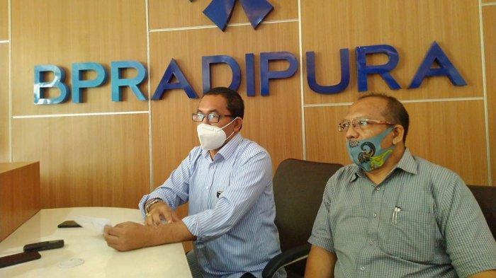 Direktur BPR Adipura, Ari Ponco (kiri) ketika memberikan keterangan di terkait adanya penggerudukan kelompok massa, Rabu (23/12/2020).