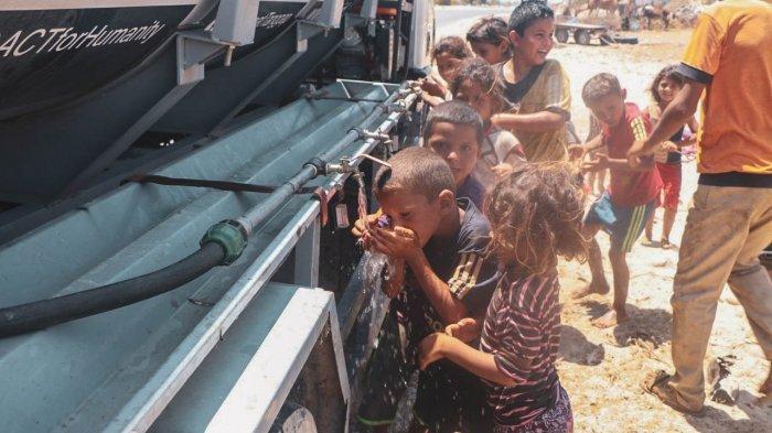 Humanity Water Tank Mendistribusikan Ratusan Liter Air di Gaza