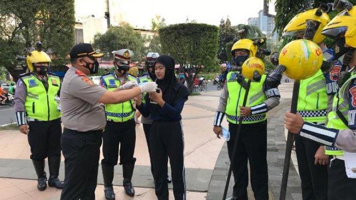 Tradisi Megengan di Kota Semarang, Polantas Bagi Ribuan Masker