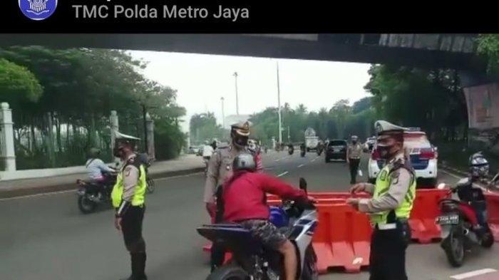 Ditlantas Polda Metro Jaya melakukan filter kendaraan di sekitar Istana Negara, Jakarta Pusat.